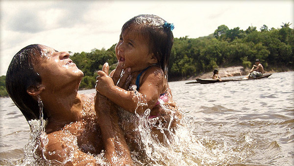dia-do-indio-brazil-indigenous-parent-child-river